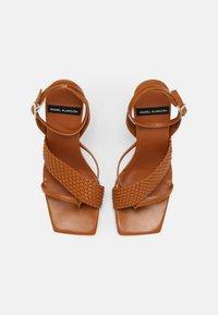 ÁNGEL ALARCÓN - VEGAN - Sandály s odděleným palcem - tabaco - 4