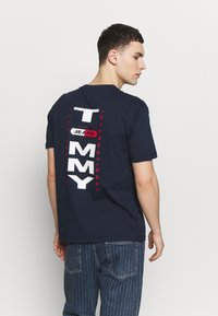 Tommy Jeans - VERTICAL BACK LOGO TEE - Print T-shirt - twilight navy - 2