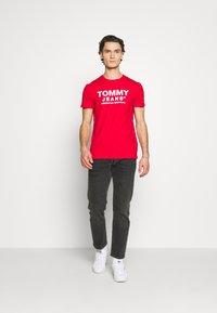 Tommy Jeans - TJM ESSENTIAL FRONT LOGO TEE - T-shirt z nadrukiem - deep crimson - 1