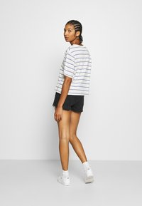 Levi's® - BOXY TEE - T-shirt con stampa - off-white/purple - 2
