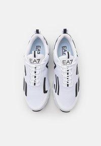 EA7 Emporio Armani - UNISEX - Sneakersy niskie - white/black - 3