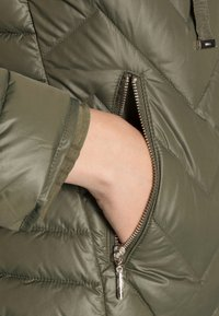 Liu Jo Jeans - IMBOTTITO PIUMA  - Down jacket - verdone - 4
