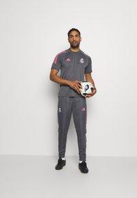 adidas Performance - REAL MADRID AEROREADY SPORTS FOOTBALL - Klubové oblečení - grey five - 1