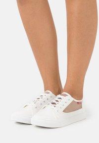 Levi's® - MALIBU TRANSPARENT - Sneakers laag - brilliant white - 0
