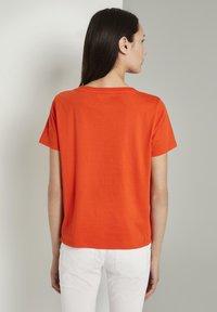 TOM TAILOR - MIT LOCHSTICKEREI - Print T-shirt - strong flame orange - 2