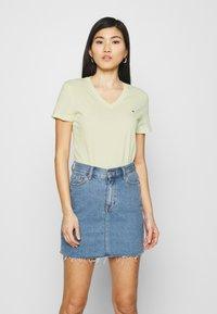 Tommy Hilfiger - NEW VNECK TEE - Print T-shirt - frosted lemon - 0