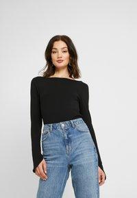NA-KD - Pamela Reif x NA-KD LONG SLEEVE BOAT NECK - Long sleeved top - black - 0
