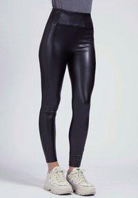 Guess - Trousers - mehrfarbig schwarz - 0