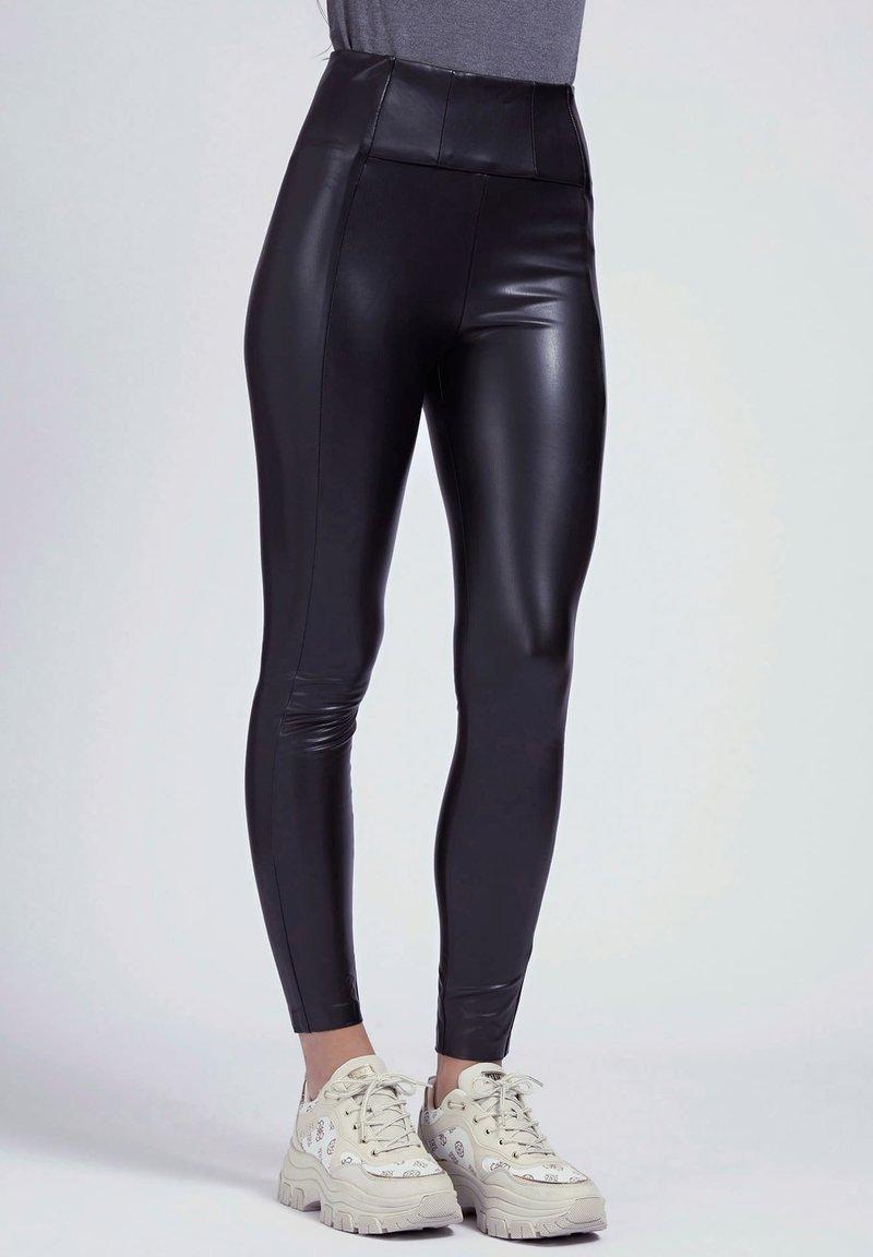 Guess - Trousers - mehrfarbig schwarz