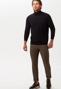 BRAX - STYLE CADIZ C - Trousers - toffee - 1