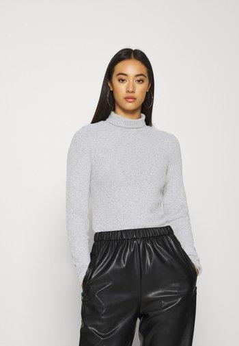 NMHILDE HIGH NECK - Stickad tröja - medium grey melange