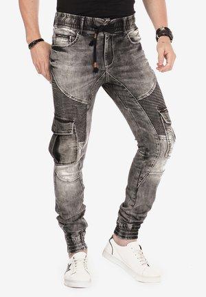 MIT CARGOTASCHEN - Slim fit jeans - black