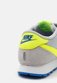 Nike Sportswear - MD VALIANT UNSEX - Baskets basses - grey fog/volt/game royal/white - 5
