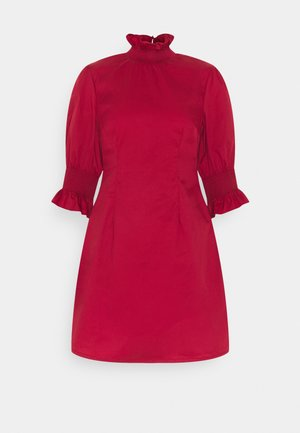 RUFFLE NECK MINI DRESS WITH SMOCKED DETAIL - Hverdagskjoler - wine