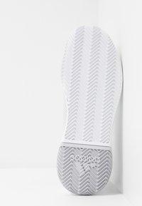adidas Performance - DEFIANT BOUNCE 2 - Tenisové boty na všechny povrchy - footwear white/light solid grey - 4