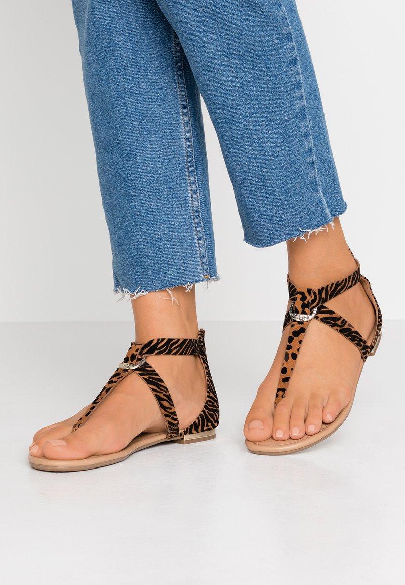 Call it Spring - FESTIVITY - Sandály s odděleným palcem - beige