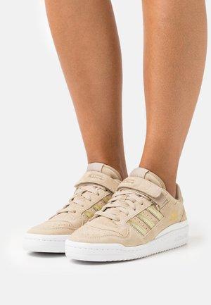 FORUM - Baskets basses - beige tone/footwear white/matte gold