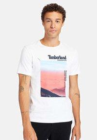 Timberland - T-shirt med print - white - 0