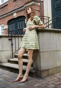 Faithfull the brand - LEILANI MINI DRESS - Denní šaty - ligne/olive - 2