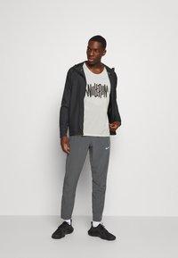 Nike Performance - RISE TANK - Sportshirt - light bone/smoke grey - 1