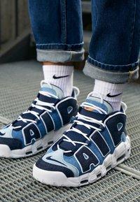 Nike Sportswear - AIR MORE UPTEMPO '96 QS - Baskets montantes - white/obsidian/total orange - 7