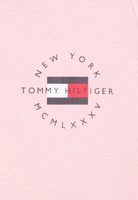 Tommy Hilfiger - CIRCLE CHEST CORP TEE - T-shirt - bas - glacier pink - 2