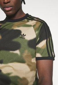 adidas Originals - CAMO CALI - T-shirt con stampa - wild pine/multicolor/black - 4
