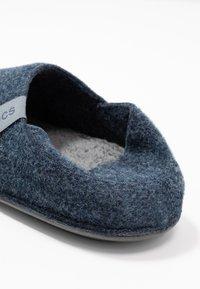 Crocs - CLASSIC CONVERTIBLE - Tofflor & inneskor - navy/charcoal - 5