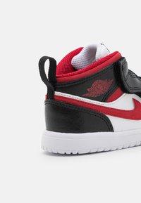 Jordan - 1 MID UNISEX - Basketbalové boty - white/gym red/black - 5