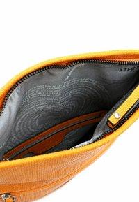 SURI FREY - TILLY - Across body bag - orange - 3