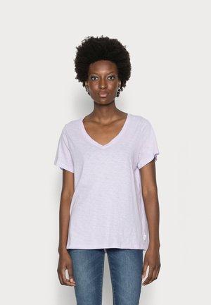 SHORT SLEEVE V NECK SLIM SILHOUETTE - Jednoduché triko - pastel lilac