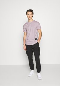 Calvin Klein Jeans - BADGE TURN UP SLEEVE - Print T-shirt - orchid hush - 1