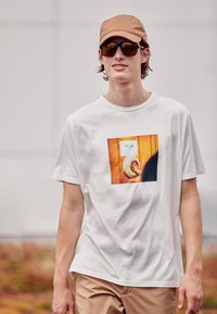 Paul Smith - DOORBELL PRINT UNISEX - T-shirt z nadrukiem - white - 3