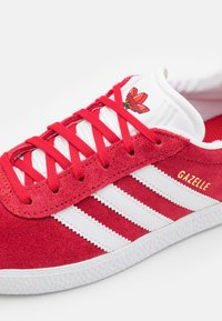 adidas Originals - GAZELLE SHOES - Trainers - red - 5