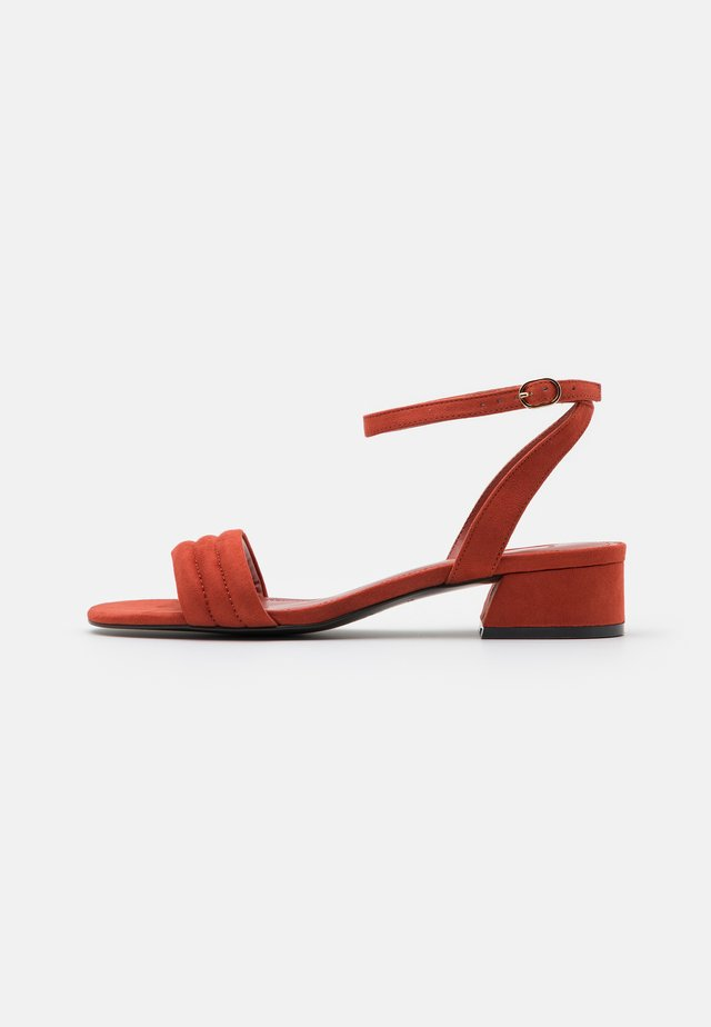Sandály - brick