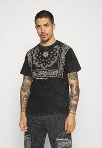 Mennace - ROSEBOWL BANDANA REGULAR - Print T-shirt - black - 0