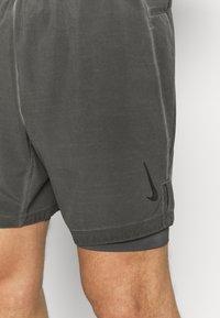 Nike Performance - YOGA 2 IN 1 - Sportovní kraťasy - anthracite/gray - 3