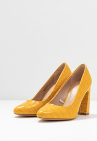 Dorothy Perkins Wide Fit - WIDE FIT DIANA ROUND TOE METAIL BLOCK - Escarpins à talons hauts - yellow - 4