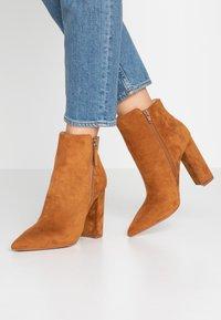 Buffalo - FERMIN - Kotníková obuv na vysokém podpatku - camel - 0