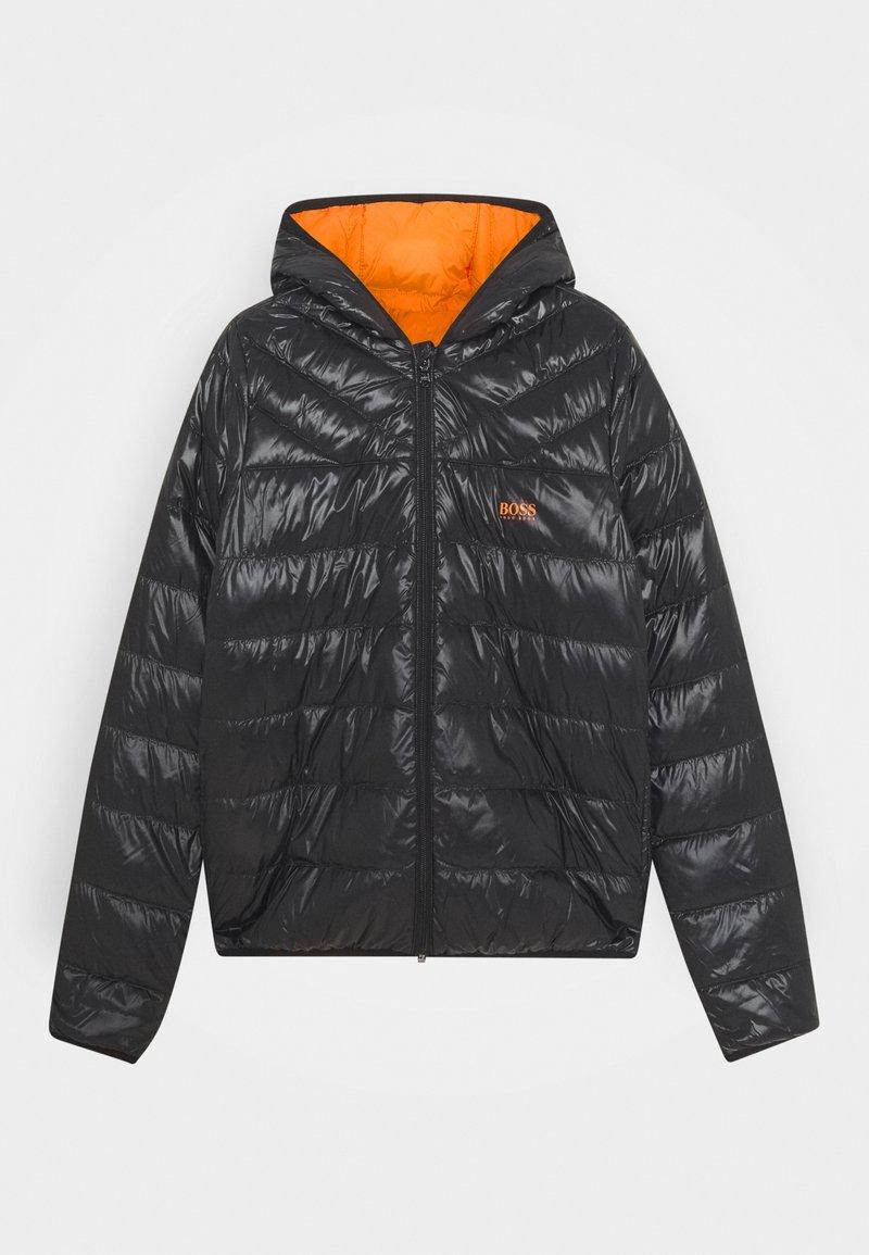 BOSS Kidswear - REVERSIBLE PUFFER JACKET - Bunda zprachového peří - black/orange