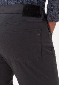 BRAX - STYLE CHUCK - Slim fit jeans - asphalt - 4