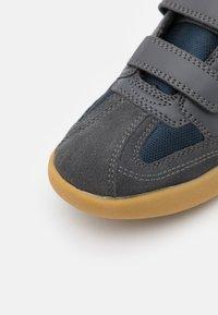 Hi-Tec - SQUASH JR UNISEX - Sports shoes - grey/navy/mint - 5