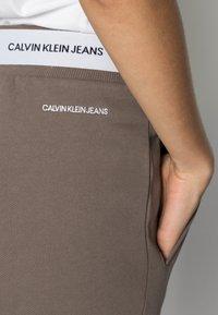 Calvin Klein Jeans - TRACK PANT - Teplákové kalhoty - dusty brown - 4