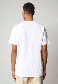 Napapijri - S-AIRBRUSH SS - T-shirt med print - bright white - 2