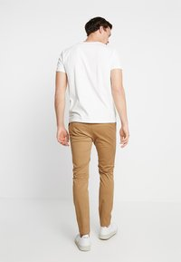 Pier One - Pantalones chinos - tan - 2