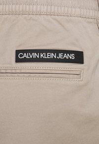 Calvin Klein Jeans - ESSENTIAL CUFFED CHINO - Chinos - string - 2