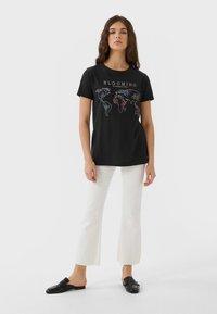 Stradivarius - 02593488 - Print T-shirt - dark grey - 1