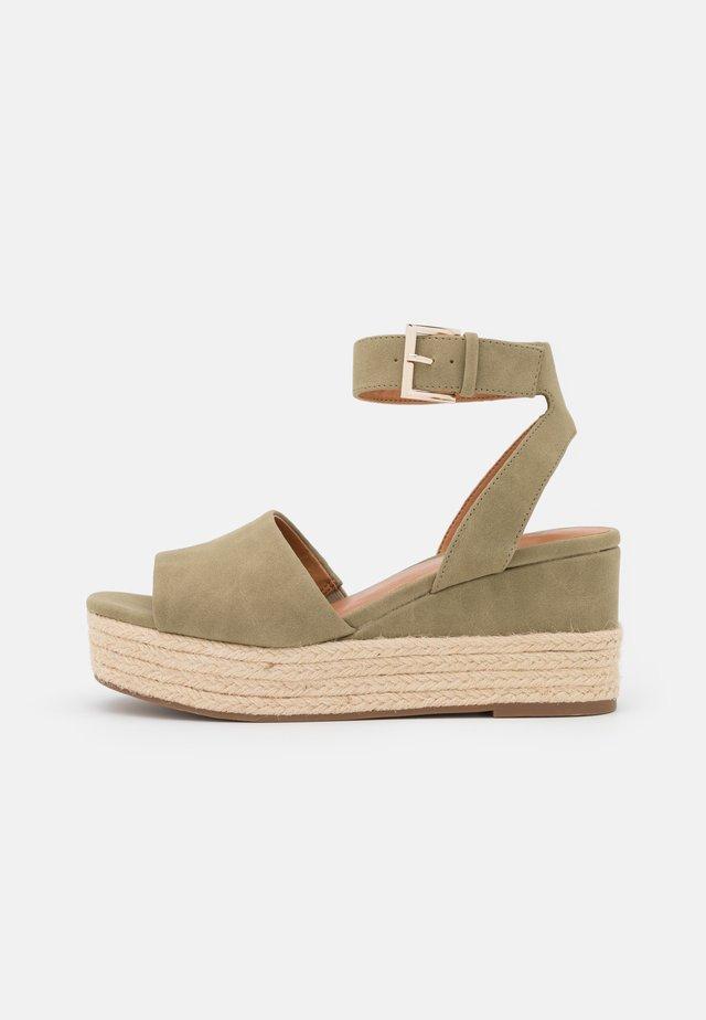 LILLIAN - Sandalen met plateauzool - khaki