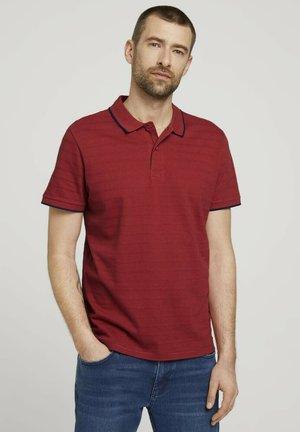 MIT STREIFENSTRUKTUR - Polo shirt - chili oil red