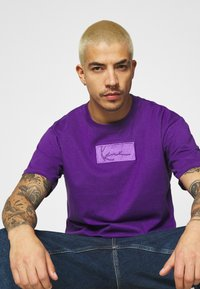 Karl Kani - SMALL SIGNATURE BOX TEE UNISEX  - Print T-shirt - purple - 3
